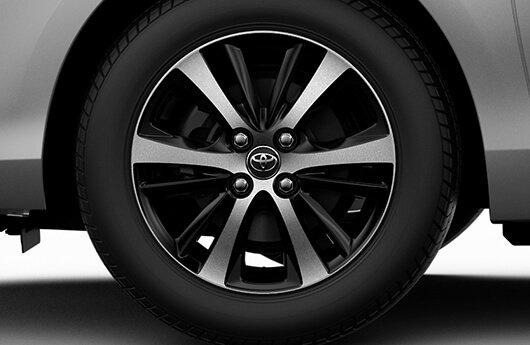 """Roda 15"""" com acabamento dual tone (preto e prata) - Yaris Hatch, Yaris Sedã"""